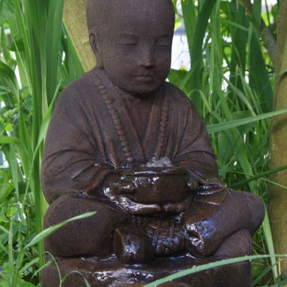 En stämningsfull Buddha med stilla porlande.