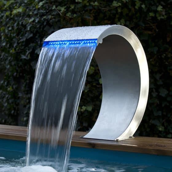Cobra är ett exklusivt vattenfall i rostfritt med LED dioder. Det passar inte bara till trädgårdsdammar utan är utmärkt till swimmingpools och liknande.